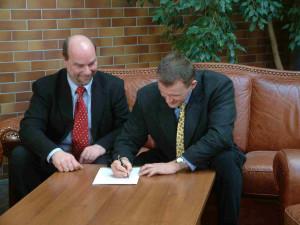 Silvio Klawonn und Dirk Schumeier unterzeichnen den Fusionsvertrag